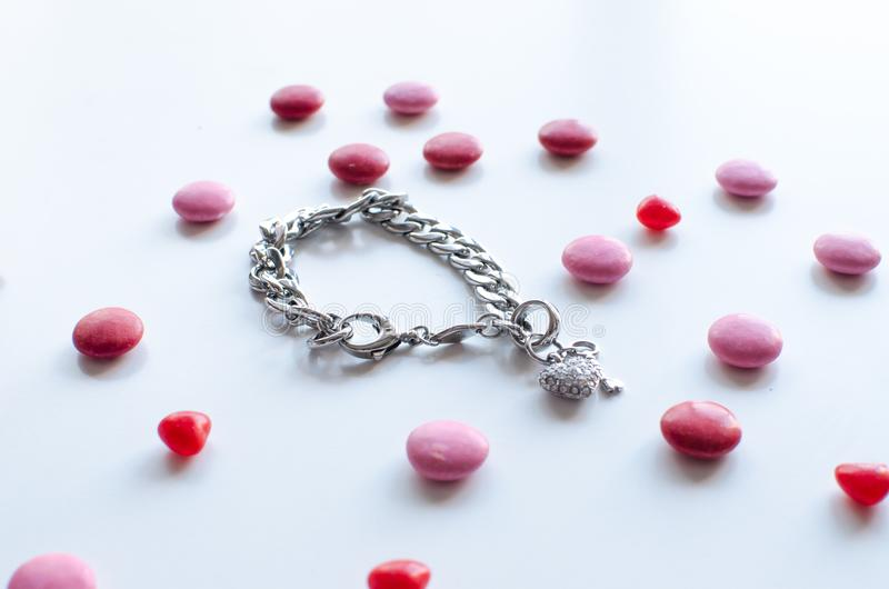 Le cadeau parfait de valentines pour elle un bracelet brillant avec le chocol photo libre de droits