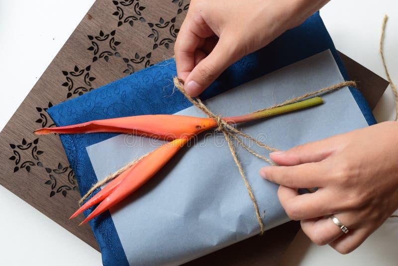 Le cadeau a placé pour le jour de professeur de la soie bleue - soie du Vietnam photos stock
