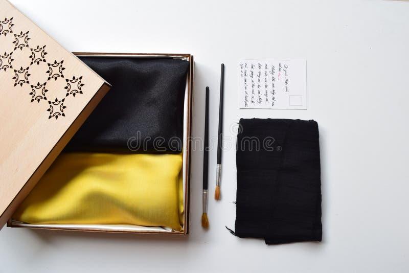 Le cadeau a placé pour le jour de professeur de la soie jaune et noire - soie du Vietnam photo libre de droits