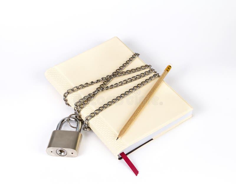 Le cadenas protège le livre dans un concept protègent dessus le secret FNI images libres de droits