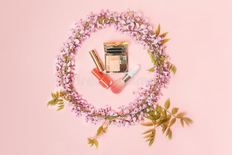 Le cadre de cercle du maquillage de cosm?tiques et les belles fleurs de glycine s'embranchent avec des bourgeons de fleurs sur le photo libre de droits