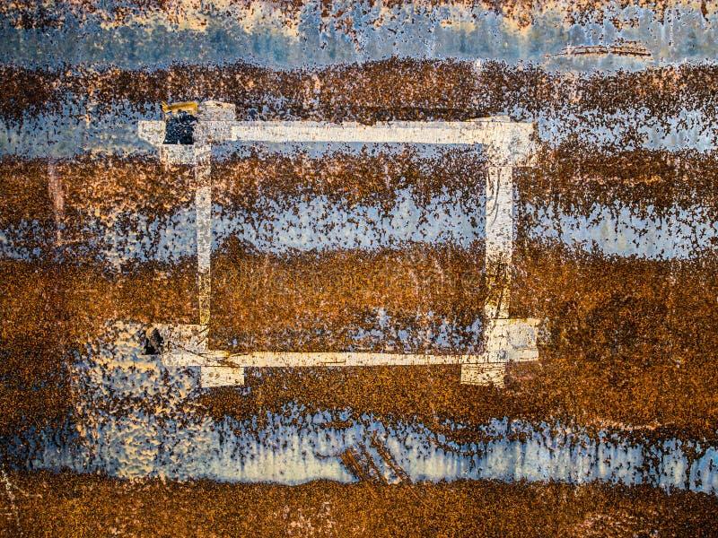Le cadre de papier est parti sur la surface métallique érodée, fond grunge abstrait photos libres de droits