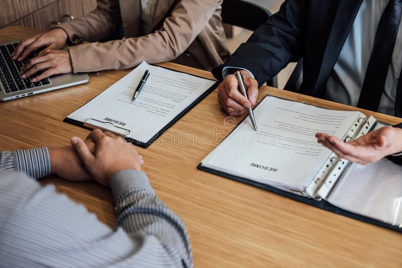 Le cadre deux supérieur lisant un résumé pendant une entrevue d'emploi, Empl photos stock