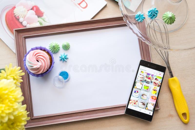 Le cadre en bois avec une feuille de papier blanche se trouve sur le chêne blanchi par table, flatlay photos stock