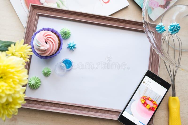 Le cadre en bois avec une feuille de papier blanche se trouve sur le chêne blanchi par table, flatlay photographie stock libre de droits
