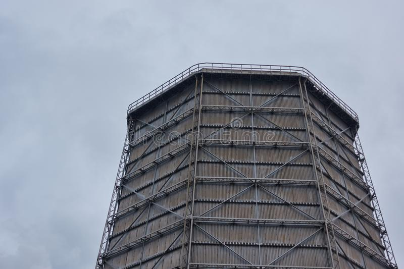 Le cadre en métal d'une tour de refroidissement à une entreprise industrielle photos stock