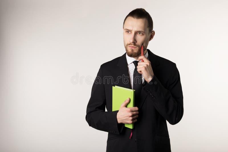 Le cadre moyen moyen barbu attirant pense comment résoudre le problème posé par le patron photo stock