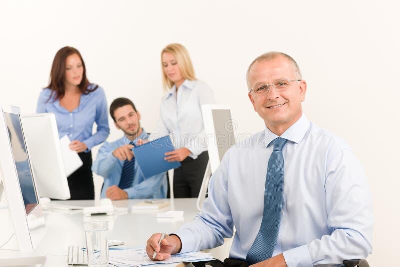 Le cadre supérieur d'équipe d'affaires avec des collègues de travail photo libre de droits