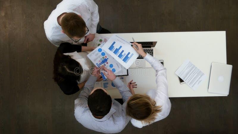 Le cadre supérieur expliquant des tâches à son équipe d'affaires photographie stock