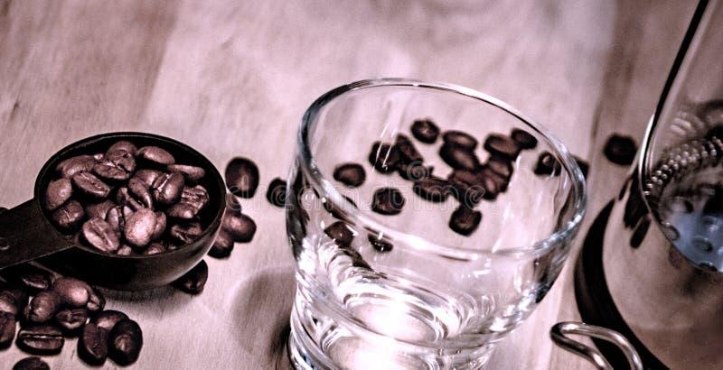 Le café a écarté sur le bois images stock