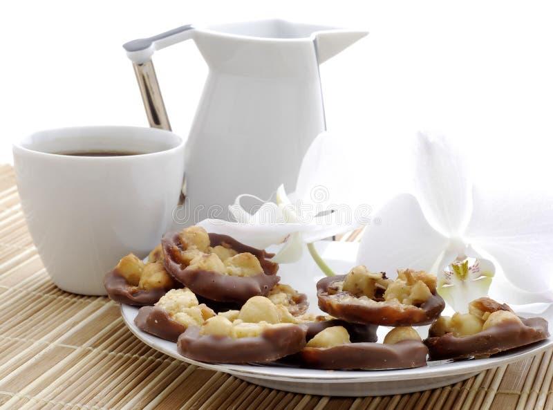 Le café avec des gâteaux, le lait et l'orchidée fleurissent images libres de droits