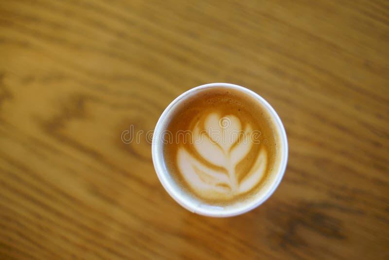 Le café avec le verre de papier a fait l'art de latte image libre de droits