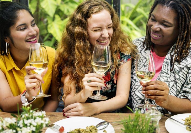 Le café de brunch de liaison de féminité occasionnel socialisent le concept images stock