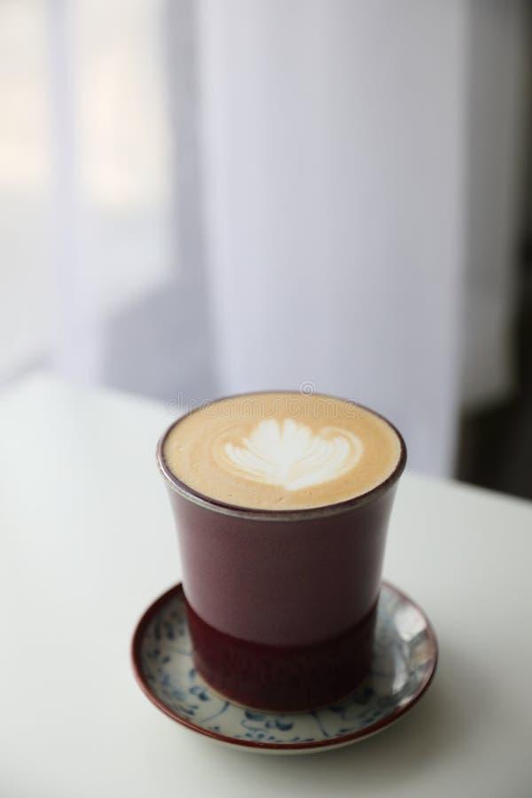 Le café de glace de cappuccino ou de Latte a fait à partir du lait sur la table en bois dans le café photo stock