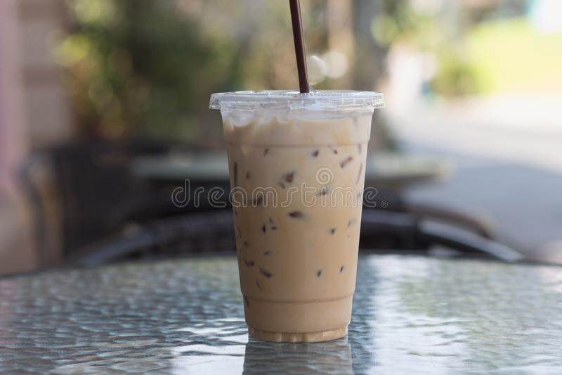 Le café de glace en plastique emportent la tasse Café extérieur boire d'été images libres de droits