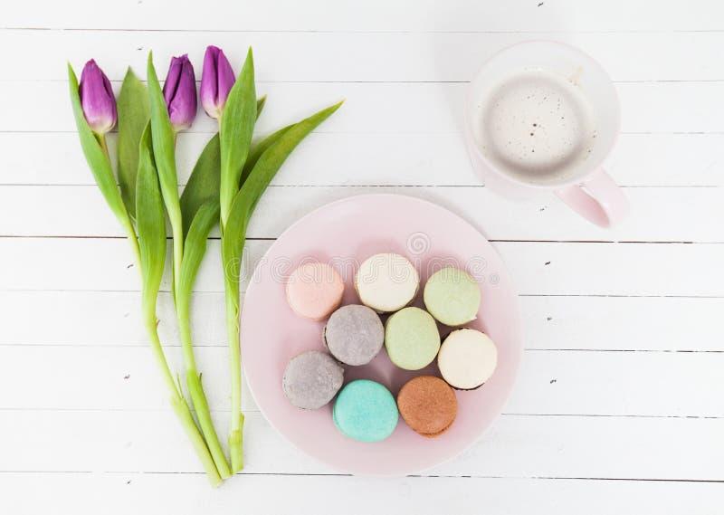Le café de Macarons de dessert fleurit la tulipe images stock