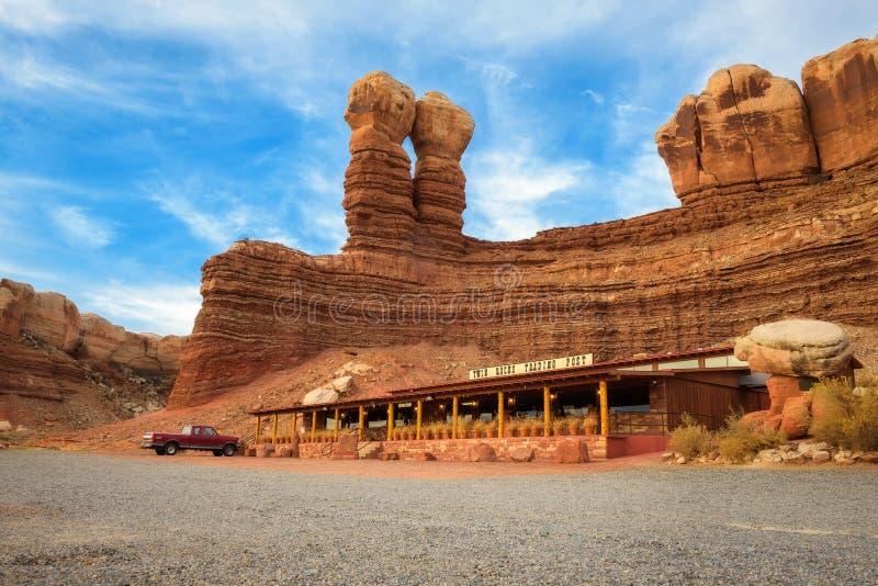 Le café de roches de jumeau a situé la formation en pierre appelée Twin Rocks en Utah images stock