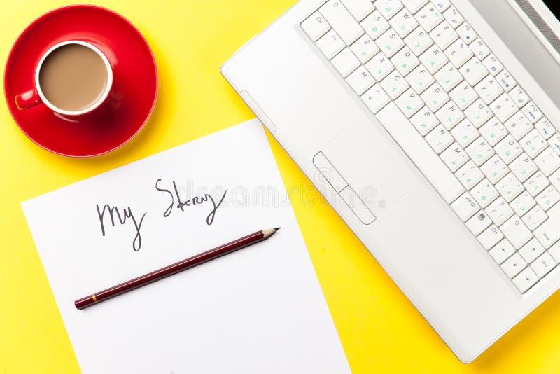 Le café et le papier avec mon histoire exprime près du carnet photo stock
