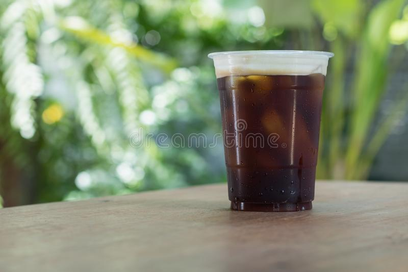 Le café froid nitro de scintillement de brew emportent dedans la tasse images libres de droits