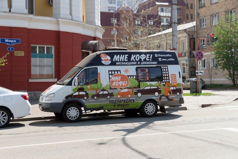 Le café mobile sur des roues se tient sur Prospekt Mira au vieux centre de images stock