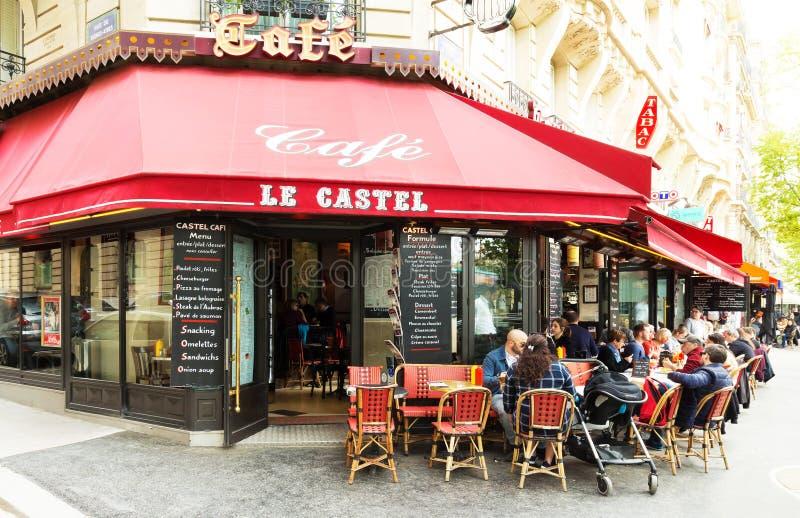 Le café parisien traditionnel Le Castel, France photographie stock libre de droits
