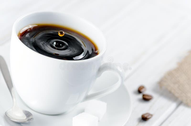 Le café se laisse tomber dans une tasse de café photos stock