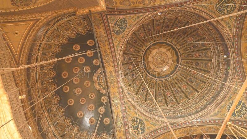 LE CAIRE, EGYPTE SEPTEMBRE, 26, 2016 : le plafond de la mosquée d'albâtre au Caire photo libre de droits