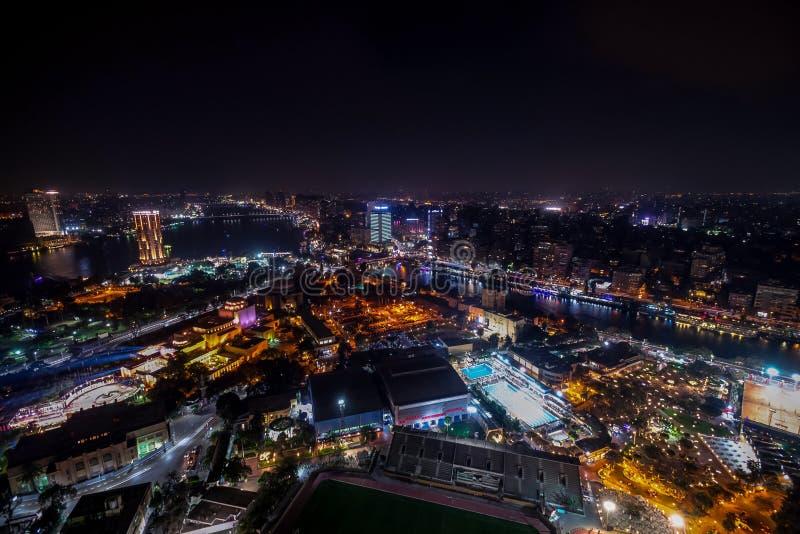 Le 18/11/2018 Caire, Egypte, vue incroyable de gratte-ciel d'une ville de nuit images stock