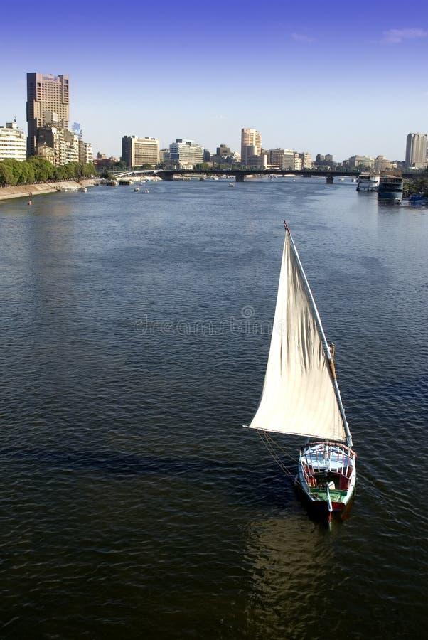 Le Caire, fleuve de Nil de bateau à voiles d'horizon de ville de l'Egypte image libre de droits