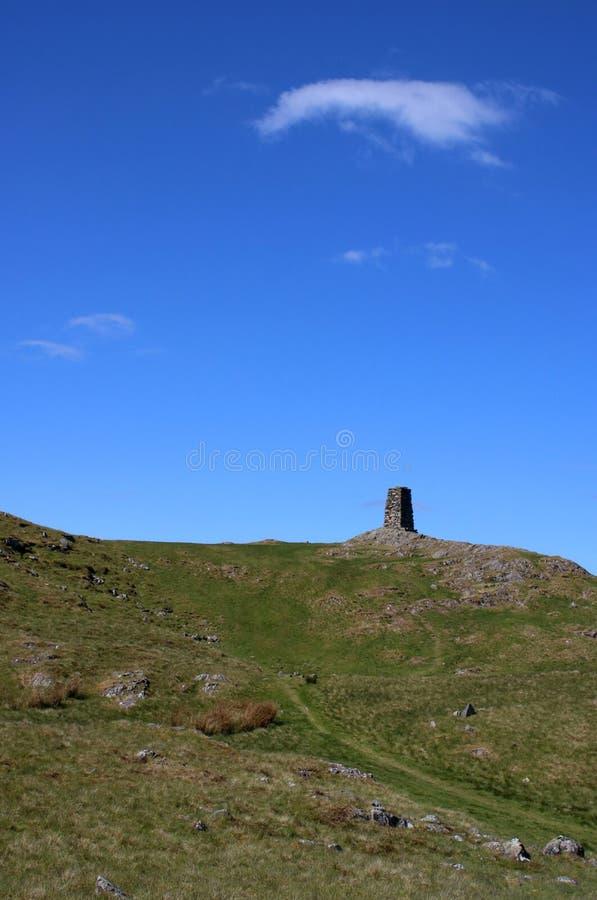 Le cairn au sommet de Hallin est tomb?, secteur de lac photos libres de droits