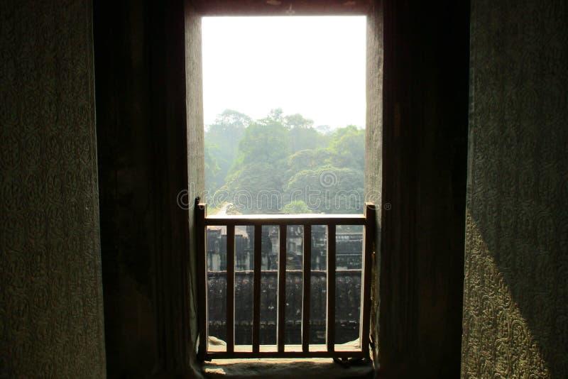 Le Cambodge Angkor Wat View dans la fen?tre de la jungle images stock