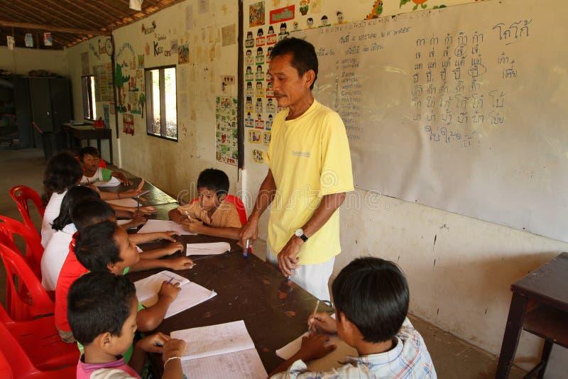 Le Cambodgien de projet badine le soin