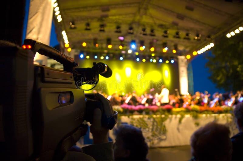 Le cameraman tire le concert image stock