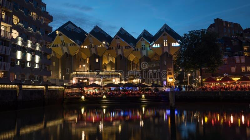 Le Camere del cubo ed i caffè di lungomare nella notte Rotterdam immagine stock