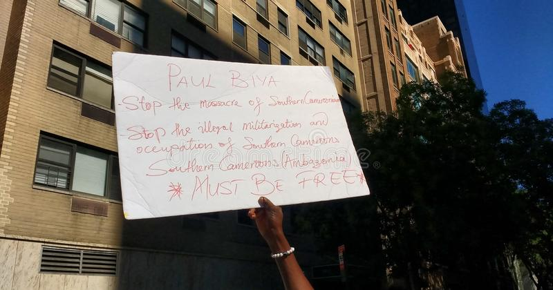 Le Cameroun, protestataire du sud de Cameroons/Ambazonia, NYC, NY, Etats-Unis image stock