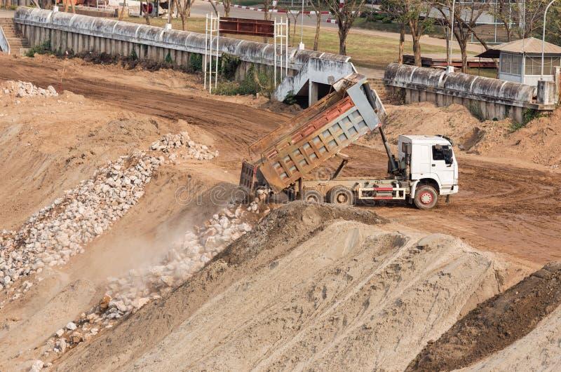 Le camion à benne basculante vide la roche images libres de droits