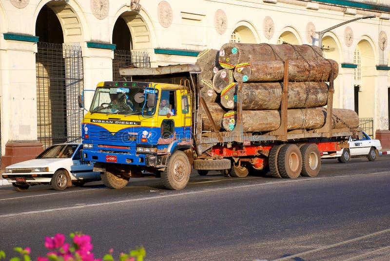 Le camion à Yangon images libres de droits