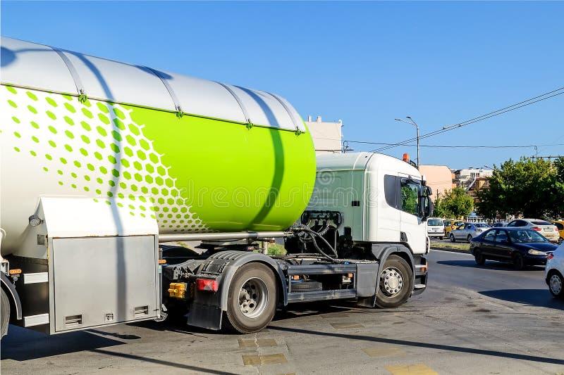 Le camion blanc avec un réservoir pour le propane ou tout autre transport de carburant met en marche la route principale dans la  photos stock
