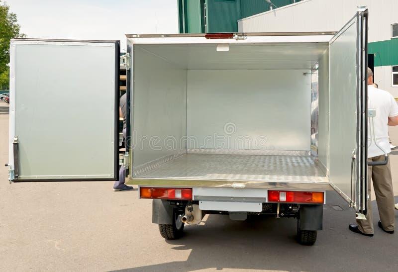 Le camion blanc de voiture avec l'ope de porte à rabattement arrière image stock