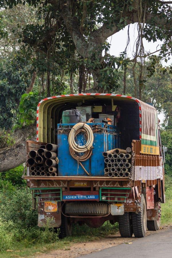 Le camion a chargé avec le matériel de forage de l'eau, Inde de Belgathur photographie stock
