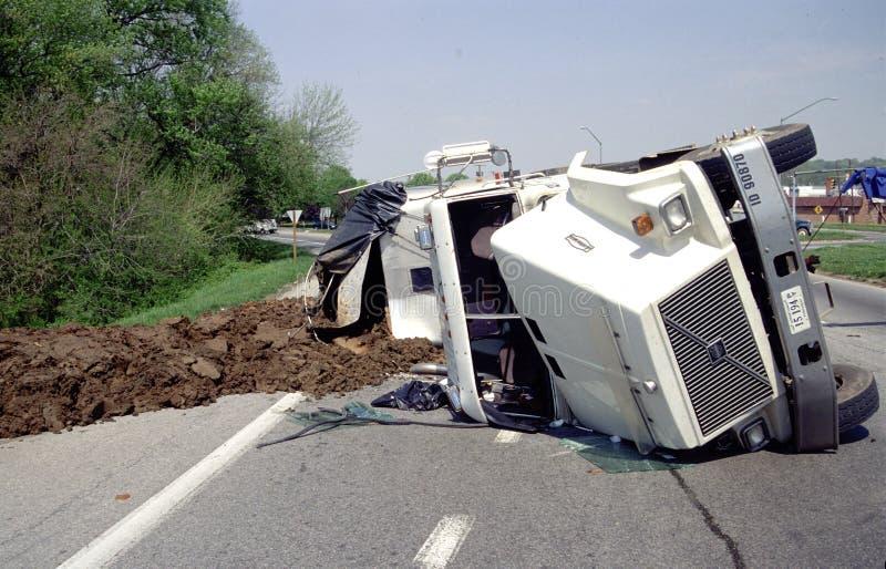 Le camion complètement de l'engrais a renversé plus de photographie stock libre de droits
