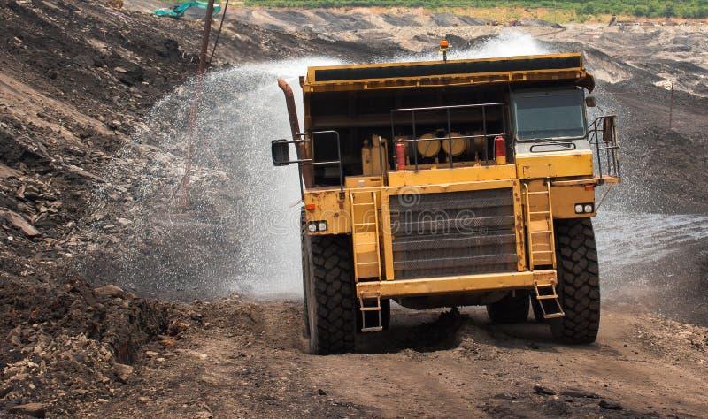 Le camion d'extraction déchargent le charbon photographie stock