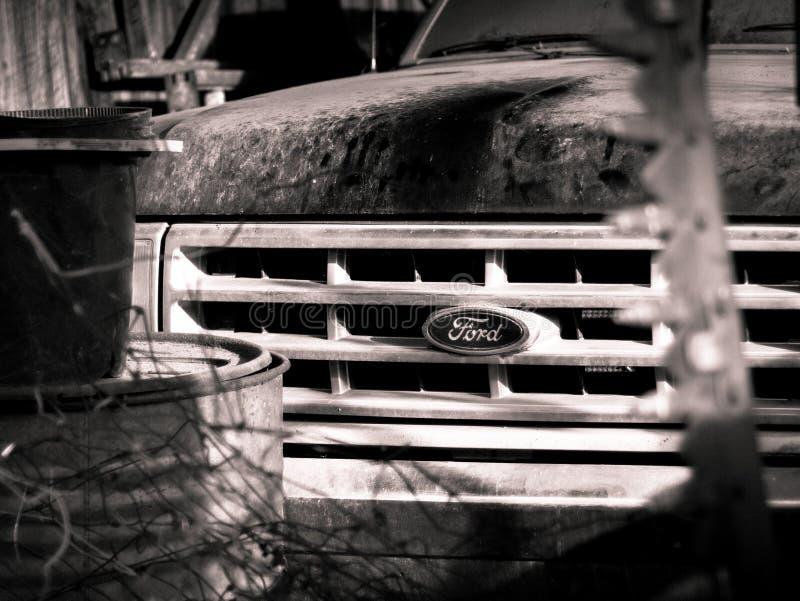 Le camion de Ford de vintage se reposent dans une grange photo stock