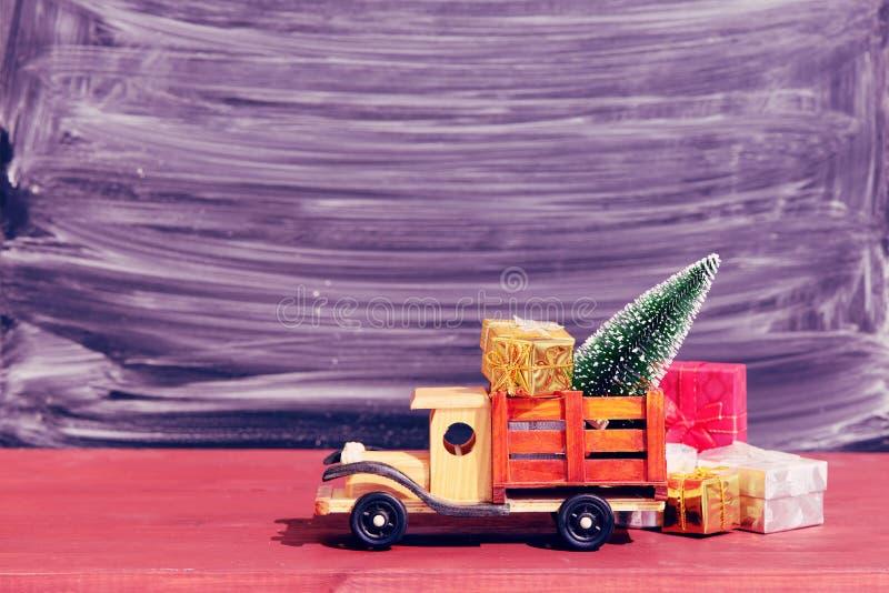 Le camion de jouet porte des cadeaux et un arbre de Noël Photo dans le type de cru images libres de droits
