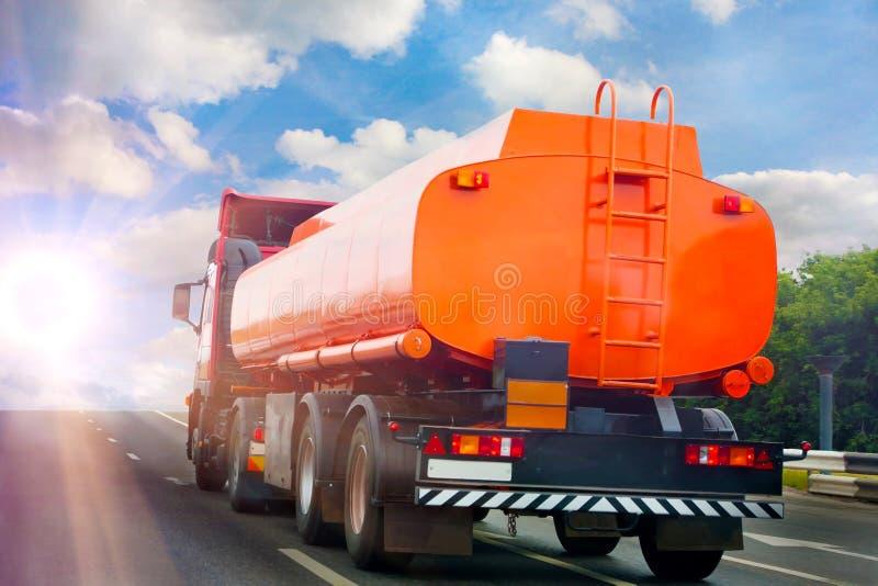 Le camion de réservoir à gaz va sur l'omnibus image libre de droits