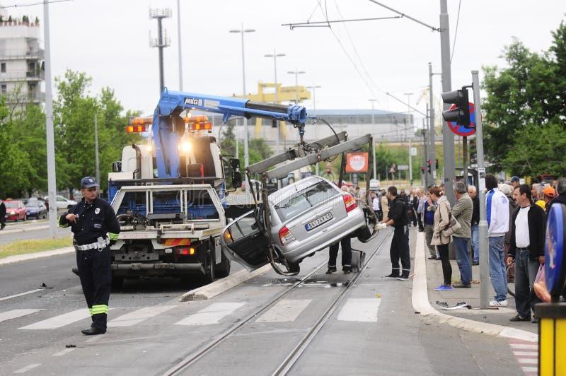 Le camion de remorquage de voiture emporte la voiture endommagée photo libre de droits