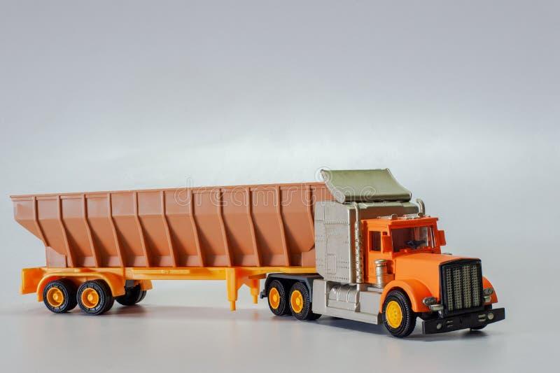Le camion de remorque de jouet sur le studio blanc de fond a tiré Kalyan Near Mumbai Maharashtra photographie stock libre de droits