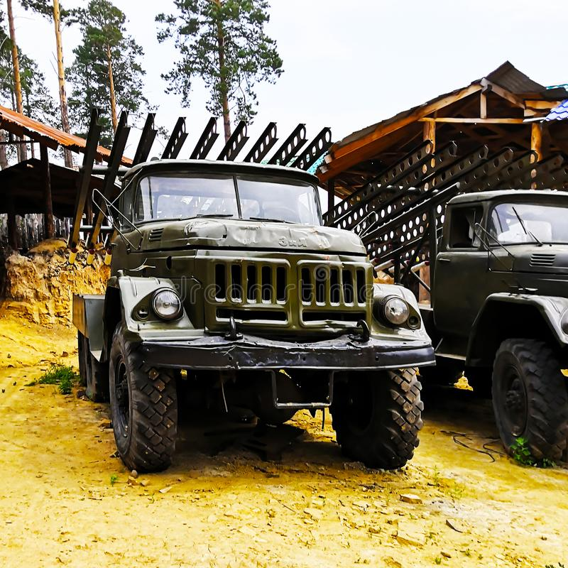 Le camion de ZIL est vert, militaires, vieux photos libres de droits