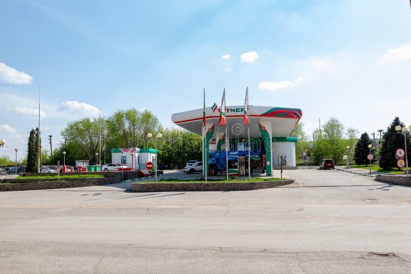Le camion du rassemblement KAMAZ avec les symboles des sponsors est rempli aux postes d'essence de TATNEFT images stock
