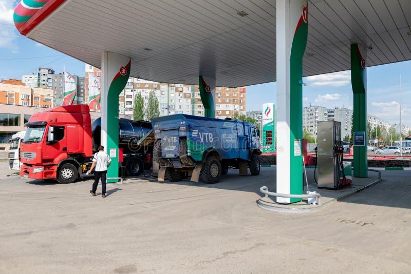 Le camion du rassemblement KAMAZ avec les symboles des sponsors est rempli aux postes d'essence de TATNEFT photos stock